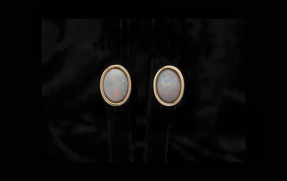 Yellow gold classic opal studs