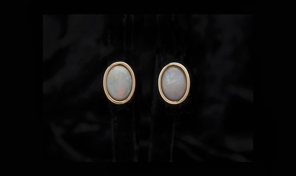 Yellow gold classic opal studs