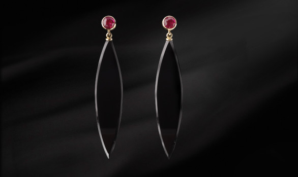 Yellow gold onyx and ruby earrings